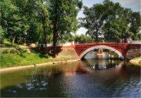 Особенности национального праздника: Есть в старом парке новый пруд...